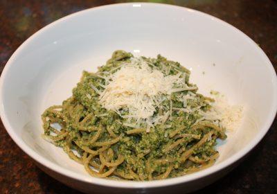 Spaghetti met rucola-walnotenpesto en Parmezaanse kaas; recept; recepten; hoofdgerecht; hoofdgerechten; Italiaans; vegetarisch; rucola; walnoten; kaas; parmezaan; Parmezaanse kaas; spaghetti; pasta