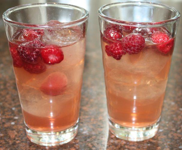 Groene ice tea met frambozensiroop; drank; drankje; cocktail; ice tea; ijsthee; frambozen; frambozensiroop; alcoholvrij