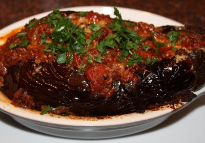 Gevulde aubergine met gehakt en tomaten; recept; recepten; hoofdgerecht; hoofdgerechten; aubergine; aubergines; gehakt; tomaten; tomaat; peterselie