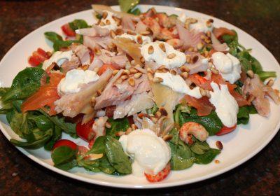 Maaltijdsalade met gerookte zalm en forel; recept; recepten; hoofdgerecht; hoofdgerechten; maaltijdsalade; salade; gerookte zalm; gerookte forel; rivierkreeft; rivierkreeftjes; veldsla; tomaat; tomaten; kerstomaat; kerstomaten; komkommer; mierikswortel