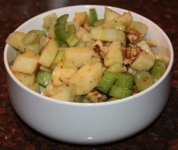 Bleekselderijsalade met appel en walnoten; recept; recepten; bijgerecht; bijgerechten; salade; bleekselderij; appel; appels; walnoot; walnoten