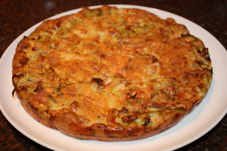 Frittata uit de oven met prei en spek; recept; recepten; hoofdgerecht; hoofdgerechten; frittata; ei; eieren; spek; spekjes; prei; gruyere; kaas