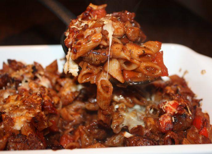 Ovenschotel met pasta en lamsvlees; recept; recepten; hoofdgerecht; hoofdgerechten; ovenschotel; pasta; penne; farfalle; lamsvlees; lamsbout; paprika;