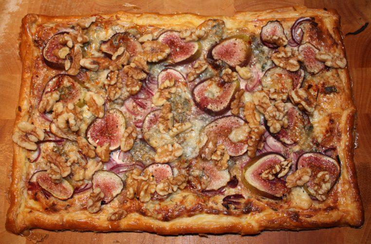 Plaattaart met gorgonzola en vijgen; recept; recepten; hoofdgerecht; hoofdgerechten; hartige taart; quiche; bladerdeeg; gorgonzola; vijg; vijgen; kaas