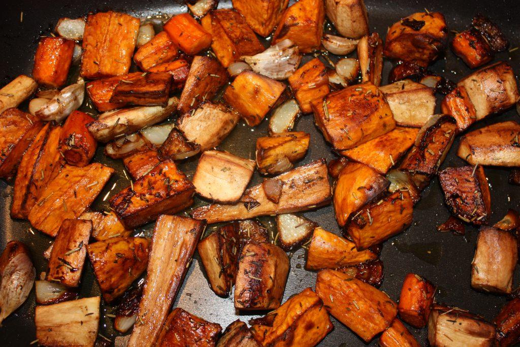 Geroosterde groenten uit de oven; recept; recepten; bijgerecht; bijgerechten; pastinaak; wortel; winterwortel; knolselderij; aardappel; groenten; groente; oven; geroosterd