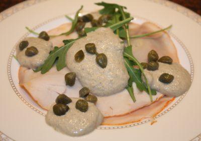 Pollo tonnato; recept; recepten; voorgerecht; voorgerechten; kip; kiprollade; rucola; vis; tonijn; kappertjes; kerst; feestelijk
