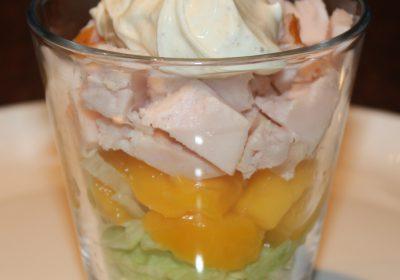 Gerookte kipfilet met mango en kerriesaus; recept; recepten; voorgerecht; voorgerechten; ijsbergsla; sla; gerookte kipfilet; kipfilet; mango; kerrie; kerriesaus