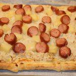 Plaattaart met zuurkool en ananas; recept; recepten; hoofdgerecht; hoofdgerechten; plaattaart; hartige taart; zuurkool; mosterd; rookworst; oven; ovenschotel
