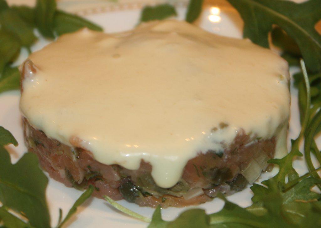 Tartaar van gerookte zalm met een dressing van mierikswortel; recept; recepten; voorgerecht; voorgerechten; zalm; gerookte zalm; vis; mayonaise; mierikswortel; kappertjes; rucola
