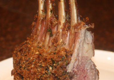 Lamsrack met krokante korst van olijven en kappertjes; recept; recepten; hoofdgerecht; hoofdgerechten; lam; lamsrack; olijven; olijf; kappertjes; tijm; peterselie; kaas; oven