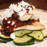 Kip in tomatensaus met olijven en feta