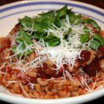 Vegetarische pasta met tomaten en olijven; recept; recepten; hoofdgerecht; hoofdgerechten; pasta; tagliatelle; macaroni; prenne; italiaans; mediteraan; olijf; olijven; zwarte olijven; tomaat; tomaten; gepelde tomaten; basilicum; koken; zelfgemaakt