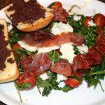 Italiaanse maaltijdsalade met Parmaham en knoflookbrood; recept; recepten; hoofdgerecht; hoofdgerechten; maaltijdsalade; salade; rucola; haricots verts; tomaat; tomaten; kerstomaat; kerstomaatjes; basilicum; tapenade; knoflookbrood; zwarte olijven;