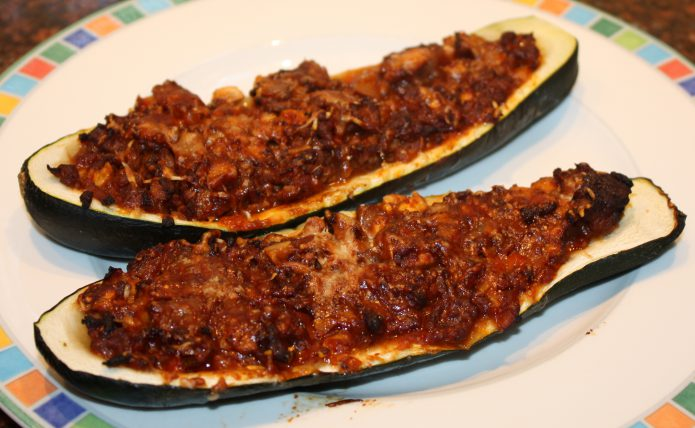 Gevulde courgettes met pittig gehakt; recept; recepten; hoofdgerecht; hoofdgerechten; courgette; courgettes; gevulde courgette; gevulde courgettes; gehakt; champignons; oven;