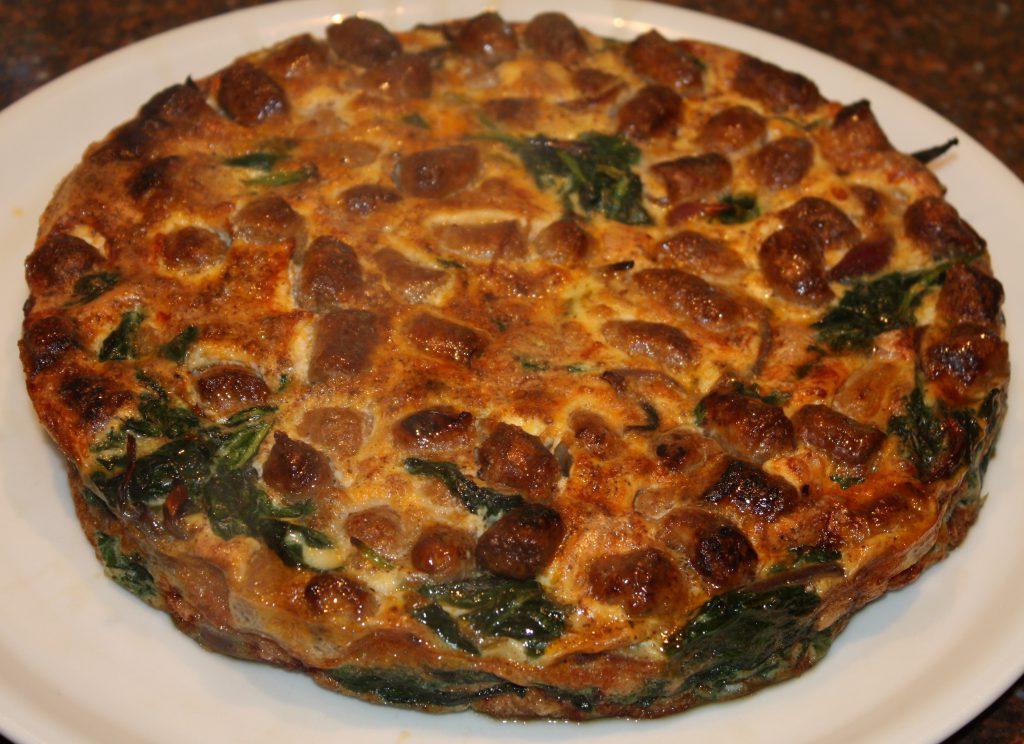Frittata met spinazie en worstjes uit de oven; recept; recepten; hoofdgerecht; hoofdgerechten; frittata; spinazie; worst; worstjes; lamsworst; lamsworstjes; ei; eieren; oven; slank;