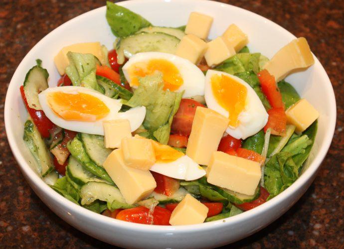Hollandse maaltijdsalade met botersla en kaas; recept; recepten; hoofdgerecht; hoofdgerechten; maaltijdsalade; botersla; kropsla; komkommer; tomaat; tomaten; kerstomaat; kerstomaten; kerstomaatjes; paprika; rode paprika; ei; eieren; kaas