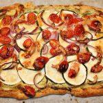 Vegetarische plaattaart met courgette en tomaat
