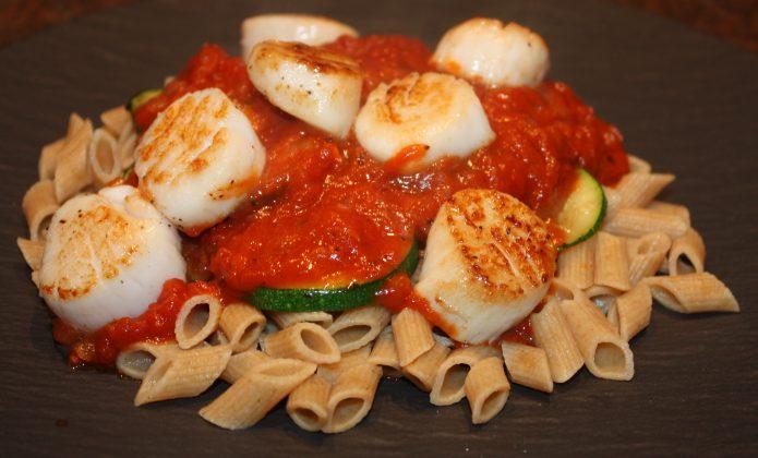 Pasta met coquilles en tomatensaus; recept; recepten; hoofdgerecht; hoofdgerechten; pasta; tomatensaus; courgette; coquille; coquilles; penne; tomaat; tomaten; italiaans; mediterraan; snel klaar