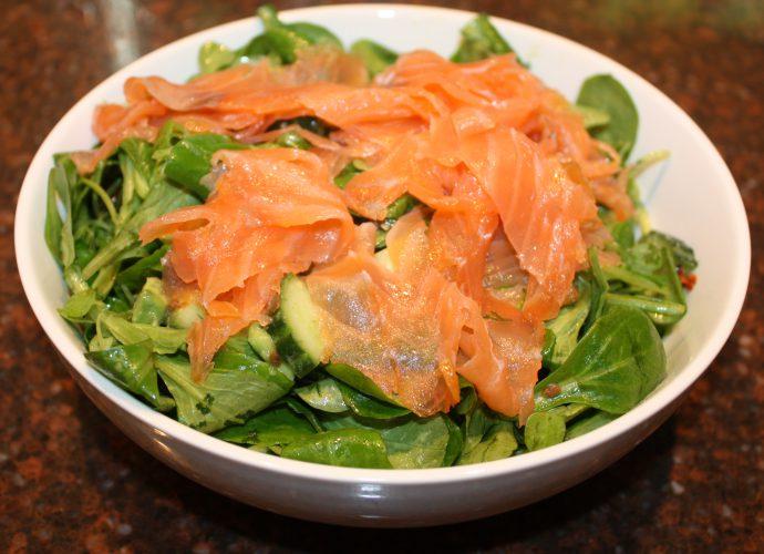 Maaltijdsalade met gerookte zalm en avocado; recept; recepten; hoofdgerecht; hoofdgerechten; salade; maaltijdsalade; veldsla; komkommer; avocado; vis; zalm; gerookte zalm; gedroogde tomaat; gedroogde tomaten;