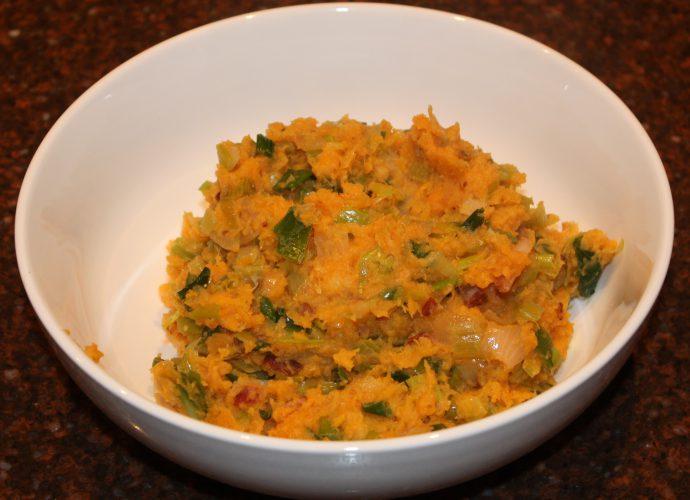 Stamppot van zoete aardappel en prei; recept; recepten; hoofdgerecht; hoofdgerechten; stamppot; zoete aardappel; bataat; prei; spek; spekjes; gerookte spek; ontbijtspek;