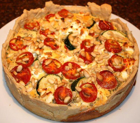 recept; recepten; hoofdgerecht; hoofdgerechten; hartige taart; quiche; mediterraan; courgette; kerstomaat; kerstomaatjes; tomaat; tomaten; geitenkaas; pijnboompitten; oven; ovenschotel;