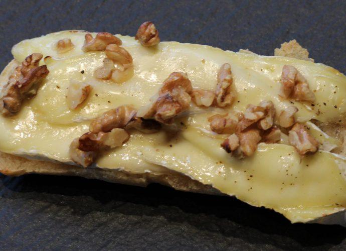 Ciabatta met brie en walnoten uit de oven; recept; recepten; lunch; lunchgerecht; lunchgerechten; brie; walnoten; walnoot; kaas; noten; honing; ciabatta; broodje; oven