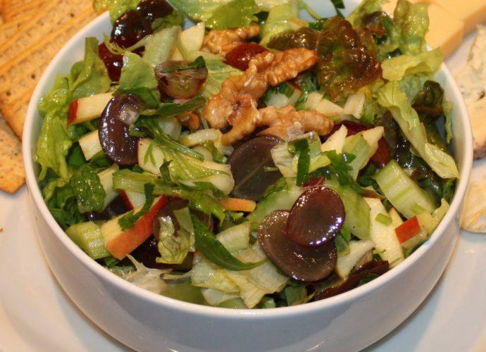 Waldorfsalade met bleekselderij en druiven; recept; recepten; bijgerecht; bijgerechten; lunch; lunchgerecht; lunchgerechten; Amerikaans; bleekselderij; appel; walnoot; walnoten; druif; druiven; sla; kaasplank; kaasplankje;