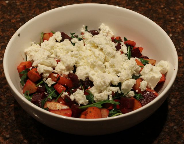 Warme maaltijdsalade met geroosterde groenten en geitenkaas; recept; recepten; hoofdgerecht; hoofdgerechten; maaltijdsalade; salade; rucola; zoete aardappel; wortel; pastinaak; geitenkaas