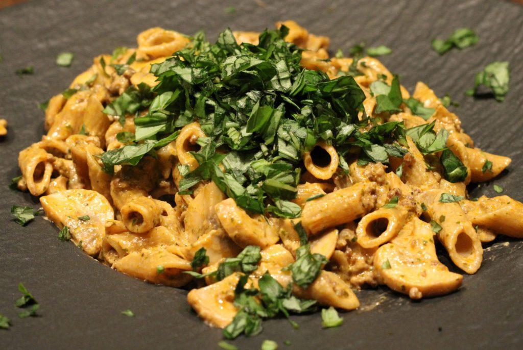 Pasta met gehakt en champignons; recept; recepten; hoofdgerecht; hoofdgerechten; Italiaans; pasta; penne; gehakt; champignons; pesto; basilicum;