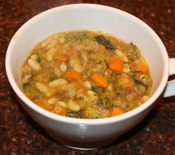 Stevige maaltijdsoep met wortelgroenten en witte bonen; recept; recepten; hoofdgerecht; hoofdgerechten; soep; maaltijdsoep; zoete aardappel; prei; pastinaak; wortel; witte bonen; linzen