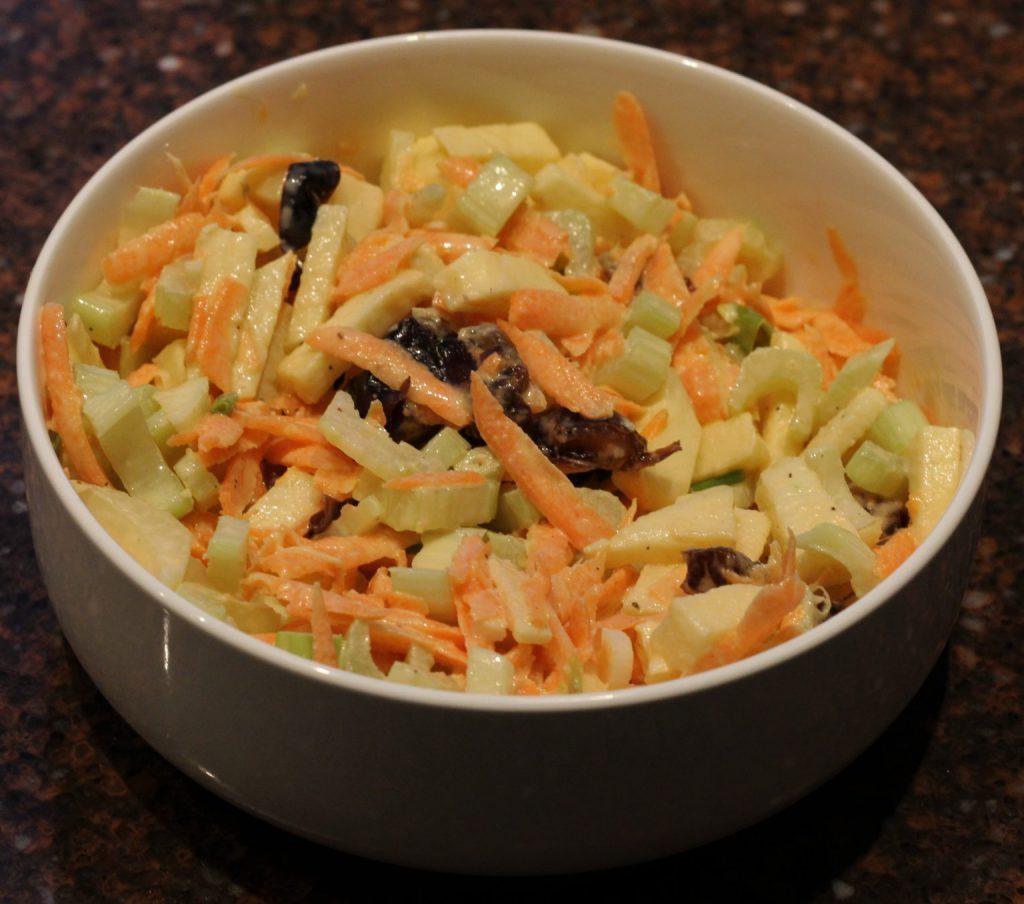 Bleekselderij salade met wortel en dadels; recept; recepten; bijgerecht; bijgerechten; salade; bleekselderij; wortel; appel; dadel; dadels