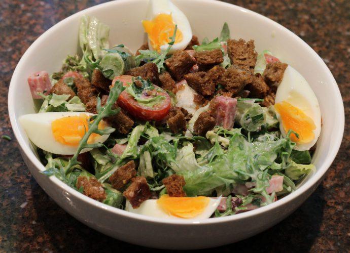 Maaltijdsalade met asperges en ham; recept; recepten; maaltijdsalade; salade; hoofdgerecht; hoofdgerechten; asperge; asperges; ei; eieren; ham; hamblokjes; croutons; tomaat; tomaten; kerstomaat; kerstomaten; kerstomaatjes