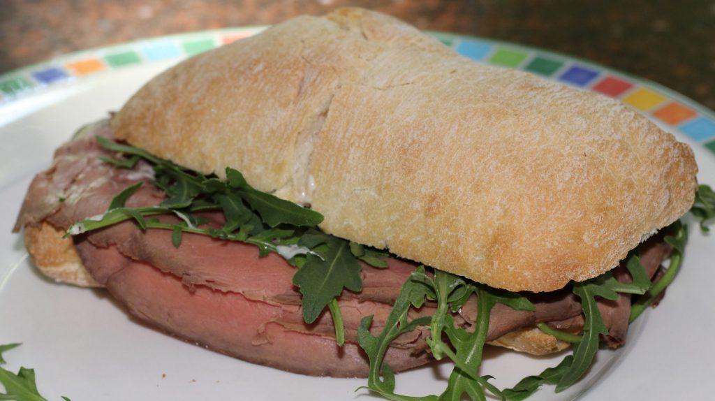 Ciabatta met rosbief en truffelmayonaise; recept; recepten; lunch; lunchgerecht; pijnboompitten; rucola; brood; broodje; rosbief
