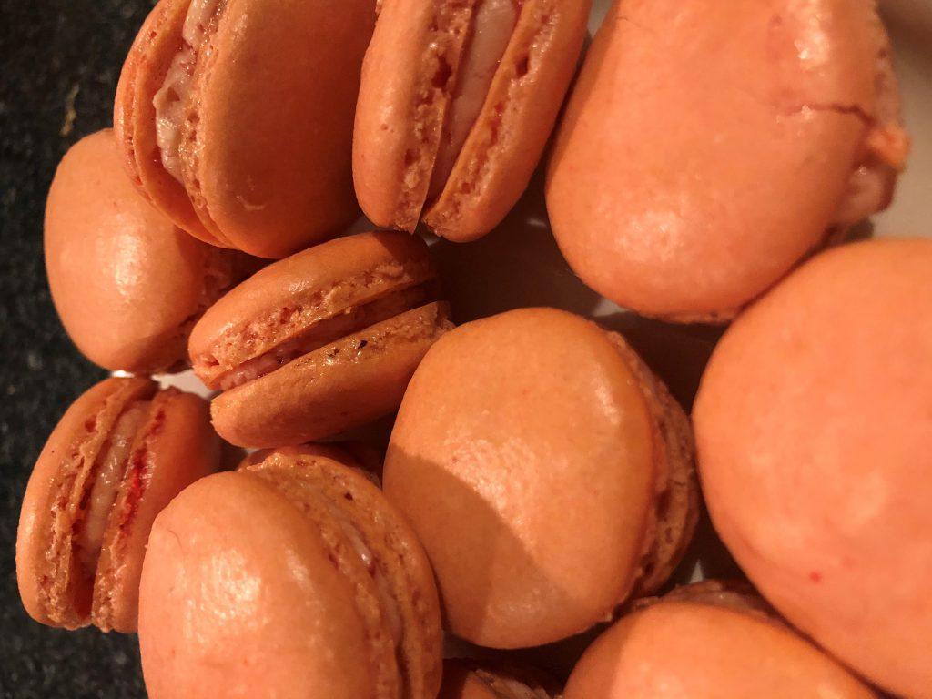 Macarons met frambozen en granaatappel; recept; recepten; macaron; macarons; zoet; koek; koekje; framboos; frambozen; granaatappel