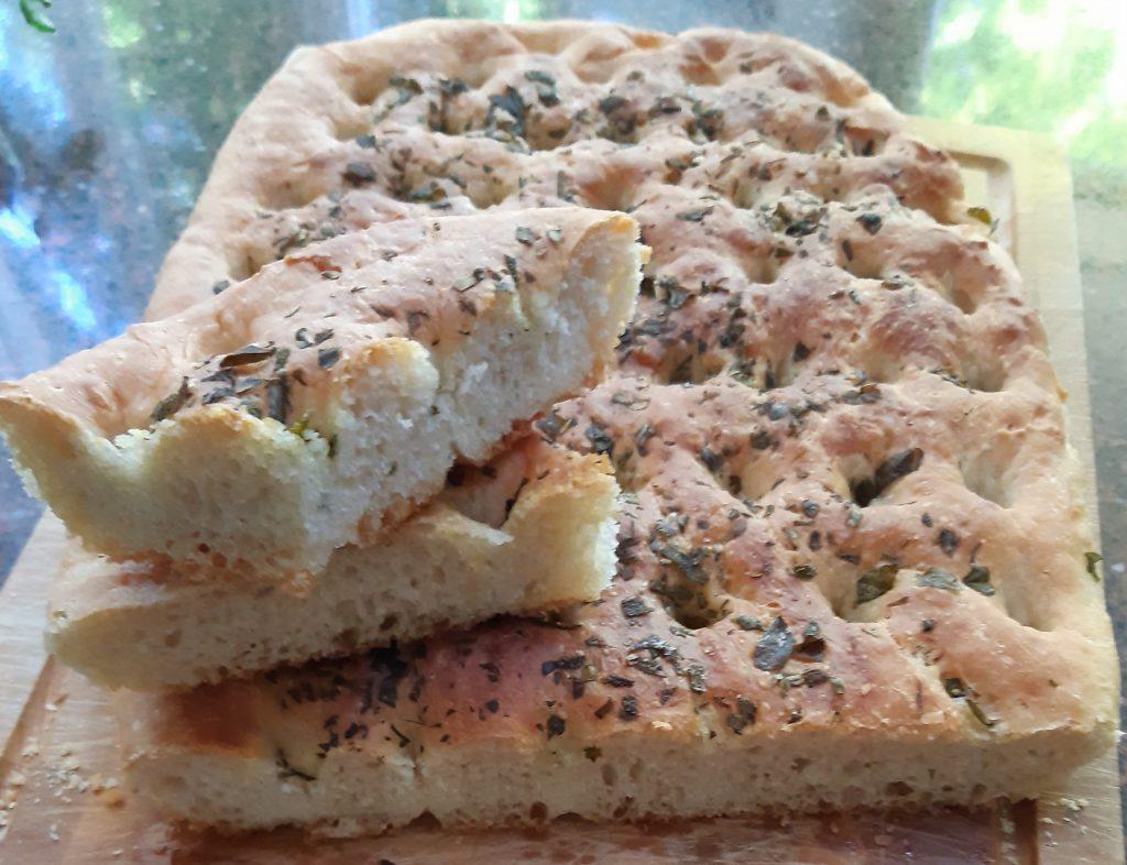 Focaccia met mediterrane kruiden; recept; recepten; brood; salie; tijm; rozemarijn; oregano; Italiaans; mediterraan