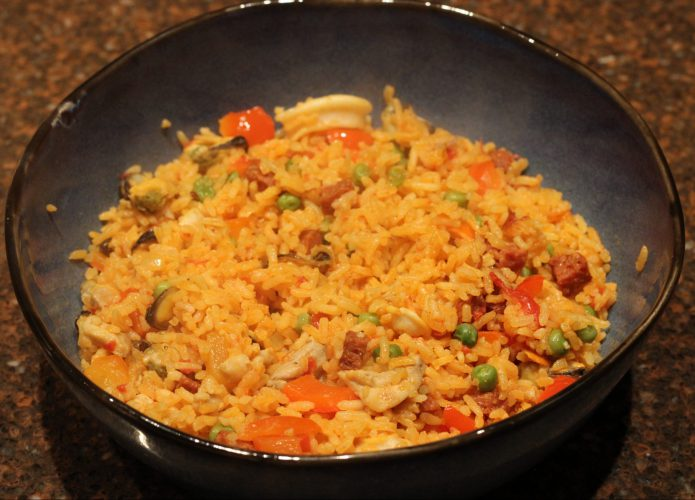 Paella met zeevruchten en kip; recept; recepten; hoofdgerecht; hoofdgerechten; rijst; chorizo; paprika; kip; kipfilet; zeevruchten; doperwten