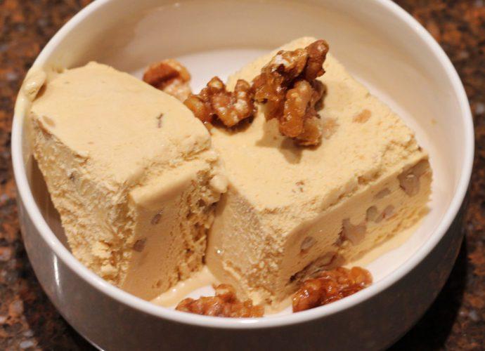 Dulche de leche ijs met gekarameliseerde walnoten; recept; recepten; nagerecht; nagerechten; toetje; dessert; ijs; walnoot; walnoten; gecondenseerde melk; ahornsiroop;