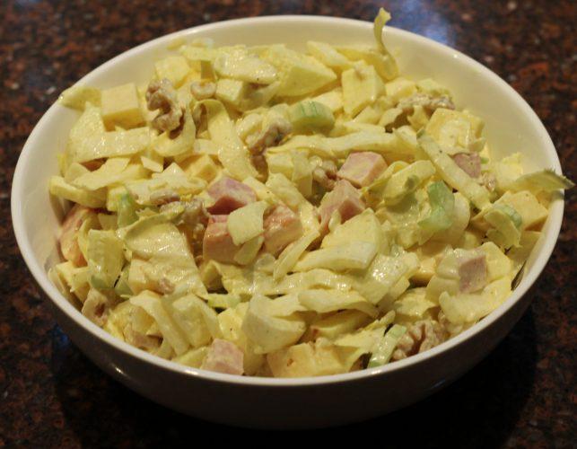 Maaltijdsalade met witlof en bleekselderij; recept; recepten; hoofdgerecht; hoofdgerechten; walnoten; pecannoten; ham; kaas