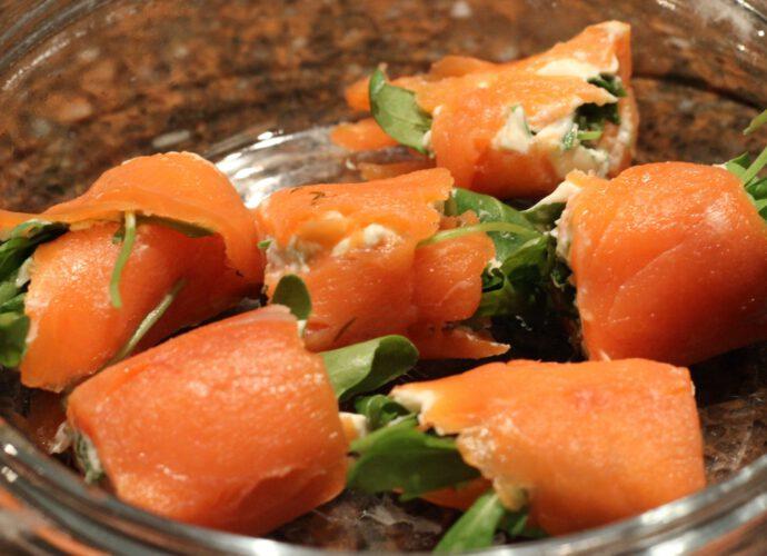 Gerookte zalmrolletjes met kruidenroomkaas; recept; recepten; hapje; amuse; gerookte zalm; vis; kruidenkaas; roomkaas; rucola