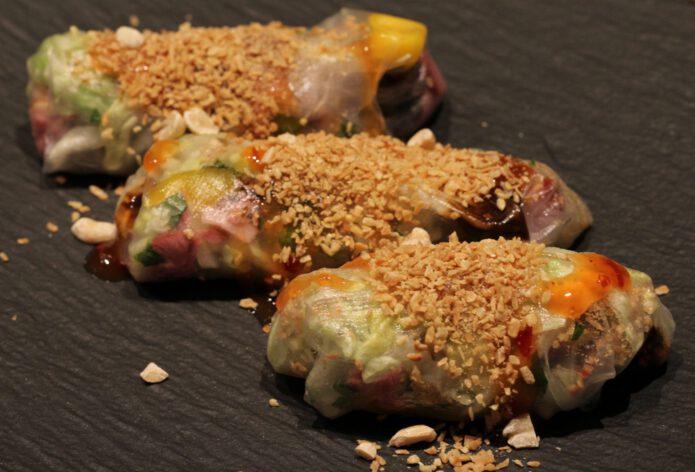 Springrolls met gerookte eendenborstfilet en mango; recept; recepten; voorgerecht; voorgerechten; hapje; borrelhapje; oosters; chinees; loempiavel;