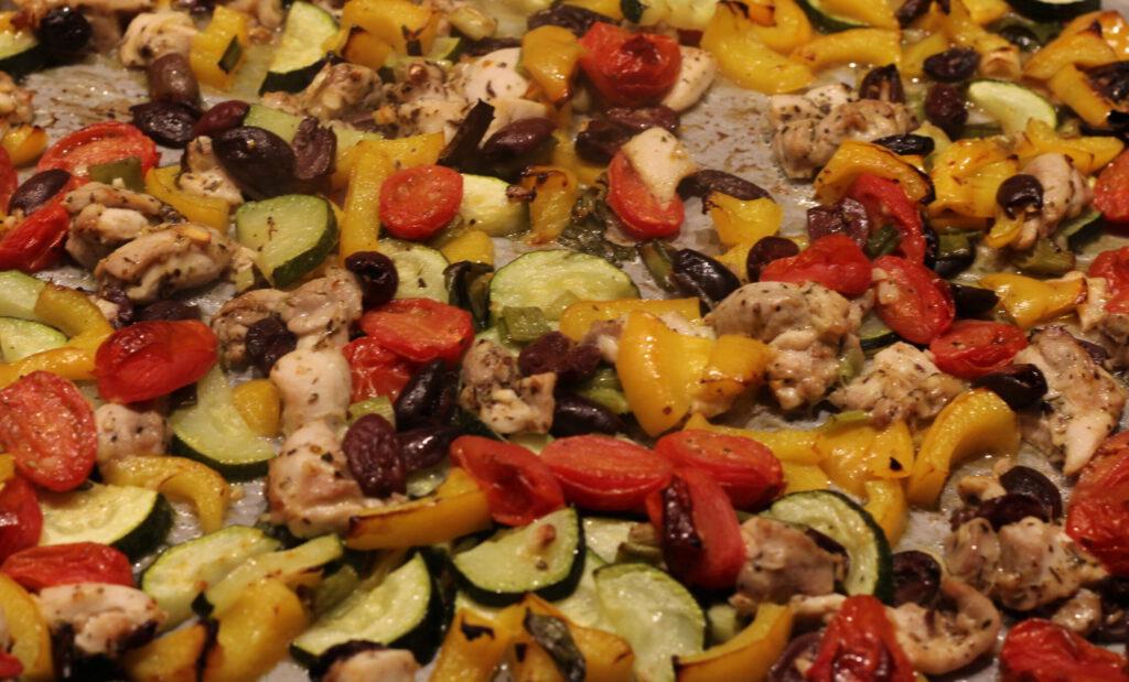 Mediterrane traybake met kip en basilicumsaus; recept; recepten; hoofdgerecht; hoofdgerechten; mediterraan; kip; paprika; courgette;